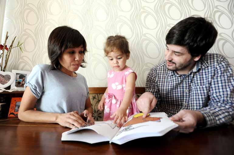 Anderson Coelho - A assistente social Joyde Mendes Lone e o empres�rio Tiago Prado Lone dividem as tarefas dom�sticas e os cuidados com a filha Luiza, de 1 ano: processo natural