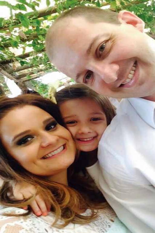 Divulga��o - Daniel Paccini com a esposa Maria Murad Paccini e a filha Ma�sa, de 5 anos: