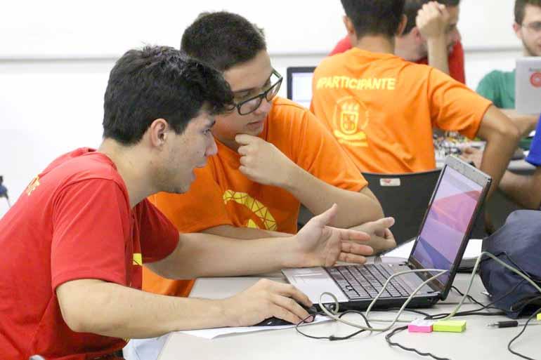 As equipes trabalharam durante 24 horas ininterruptas e foram acompanhadas por professores e profissionais que atuaram como mentores