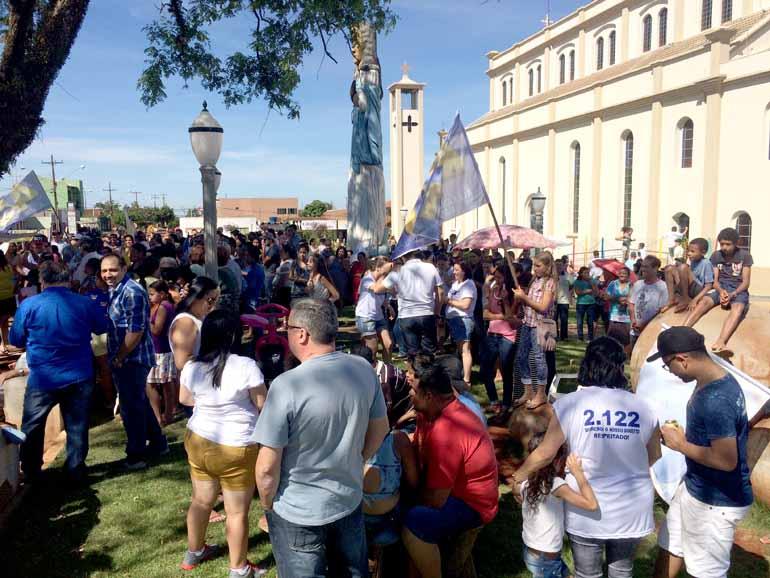 Marcos Brito/Divulgação - Munida de faixas e cartazes, população pedia a confirmação da reeleição do prefeito Ernesto Alexandre Basso
