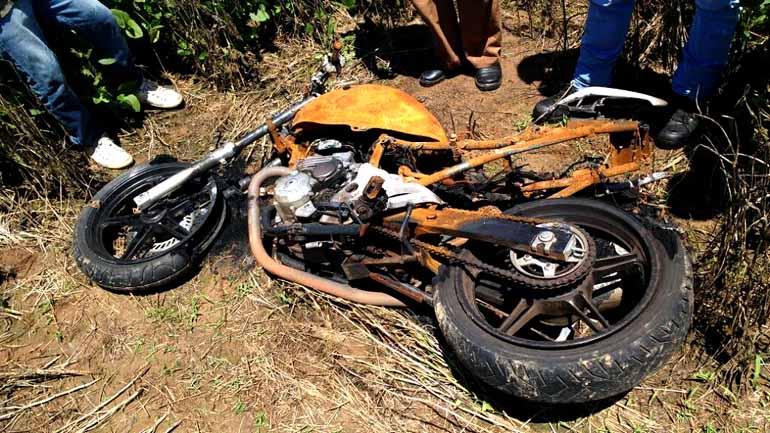 A motocicleta supostamente usada no duplo homicídio foi encontrada incendiada em uma plantação de soja