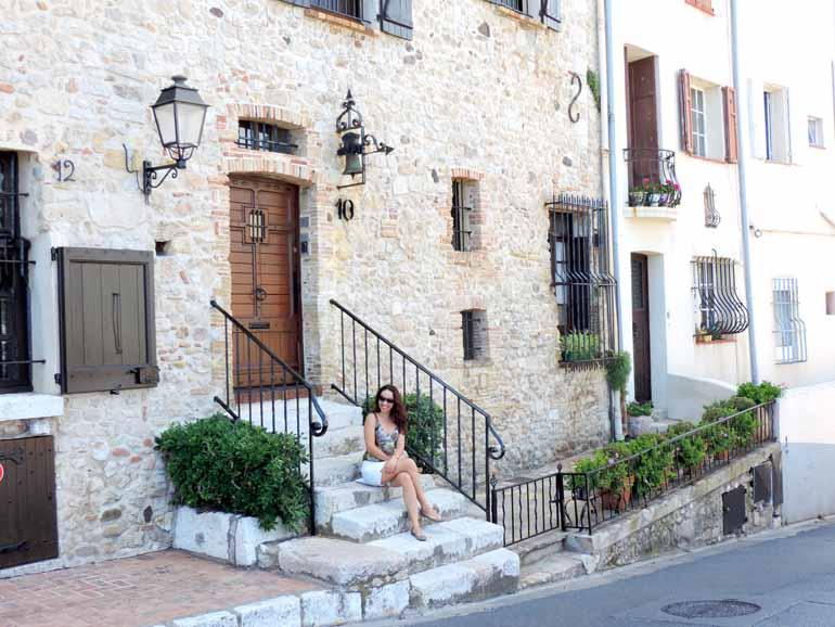 A arquiteta Lelce Faria, em frente a uma casa na cidade de Antibes, na Riviera Francesa. Para ela, viajar sozinha foi um grande salto para o seu conhecimento pessoal