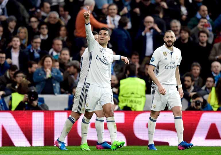 Javier Soriano/AFP - Seguro no setor defensivo, o volante brasileiro Casemiro ainda marcou um golaço e ampliou a vantagem