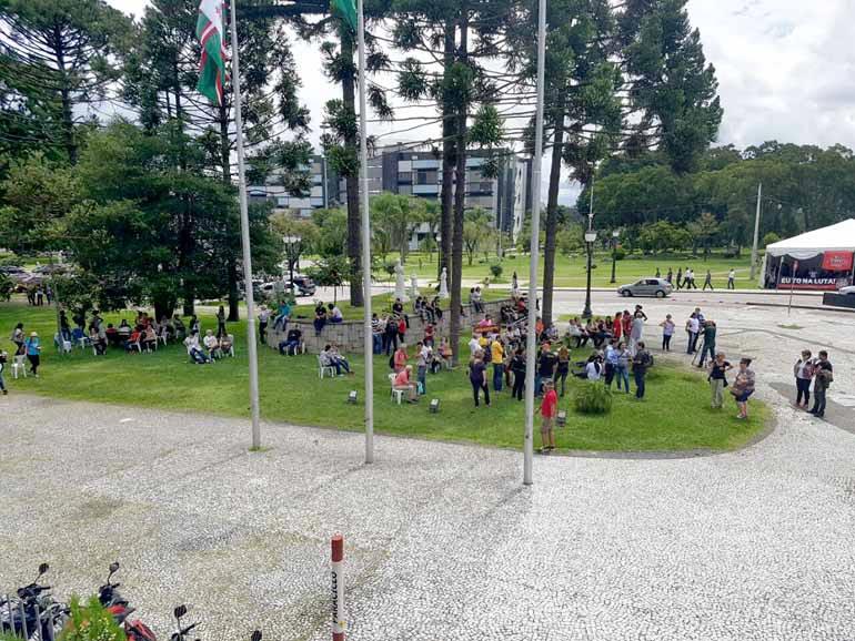 Mariana Franco Ramos - Barrados pelos seguranças, professores se concentraram do lado de fora da AL e impediram também a entrada de trabalhadores da Assembleia