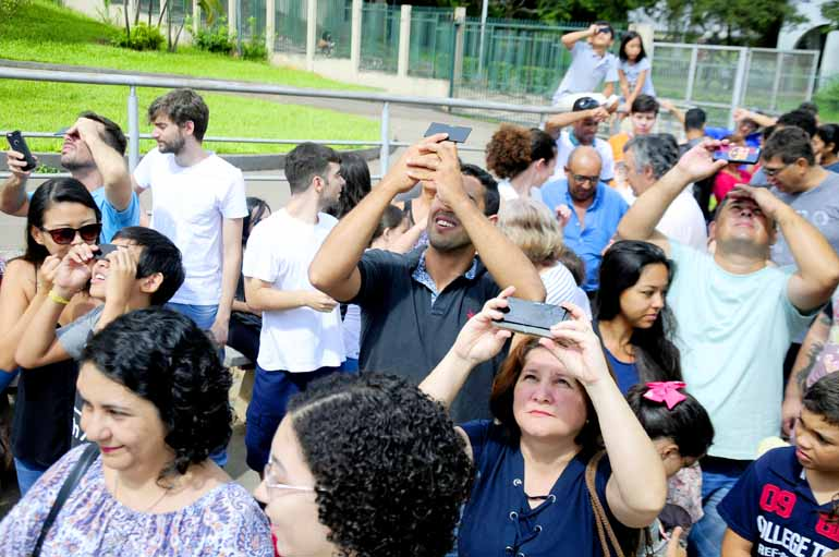 Marcos Zanutto - Dezenas de pessoas foram ao Planetário de Londrina no domingo para ver o eclipse: fenômeno que pode ser visto parcialmente pela manhã, perdeu visibilidade no seu auge, a partir das 11 horas