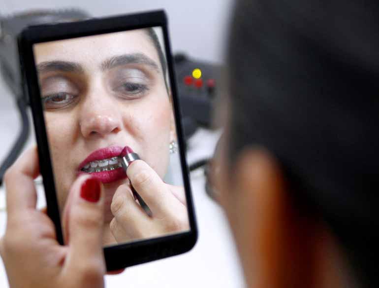 Roberto Custódio - A agente de aeroporto Amanda Soares só foi aprender a se maquiar depois que começou a trabalhar em uma empresa aérea