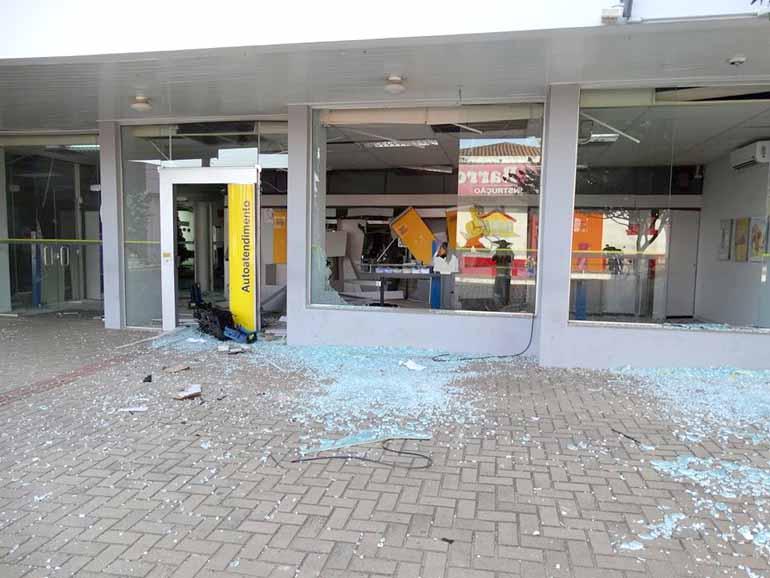 Arquivo FOLHA - Destruição causada por bombas chegam a deixar agências fechadas aos clientes por meses, como em Sengés no final de 2014