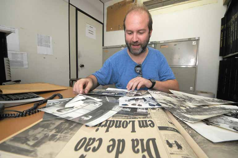 Sérgio Ranalli - Rodrigo Grota pesquisando o arquivo da Folha: