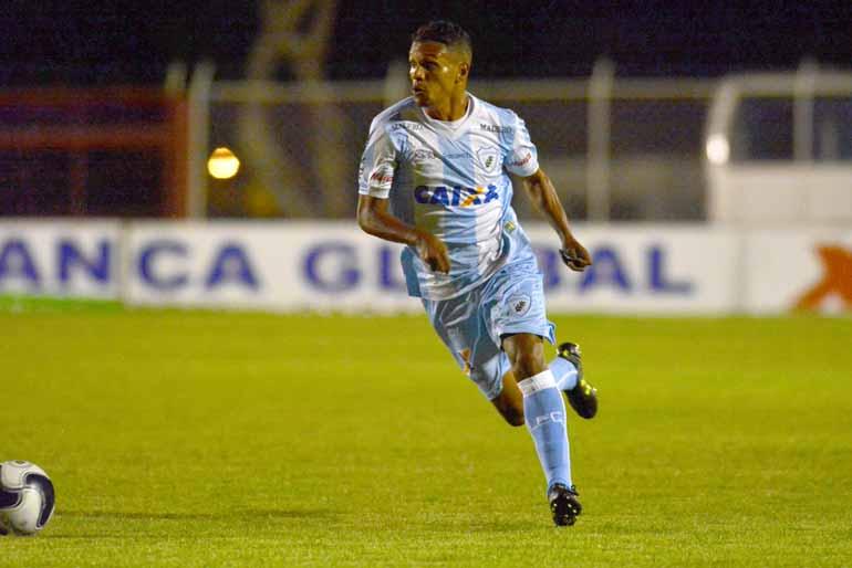 Divulgação/Londrina Esporte Clube - Fabinho foi bem ao lado de Robinho contra o Foz: Tencati quer um meio-campo mais leve e agressivo