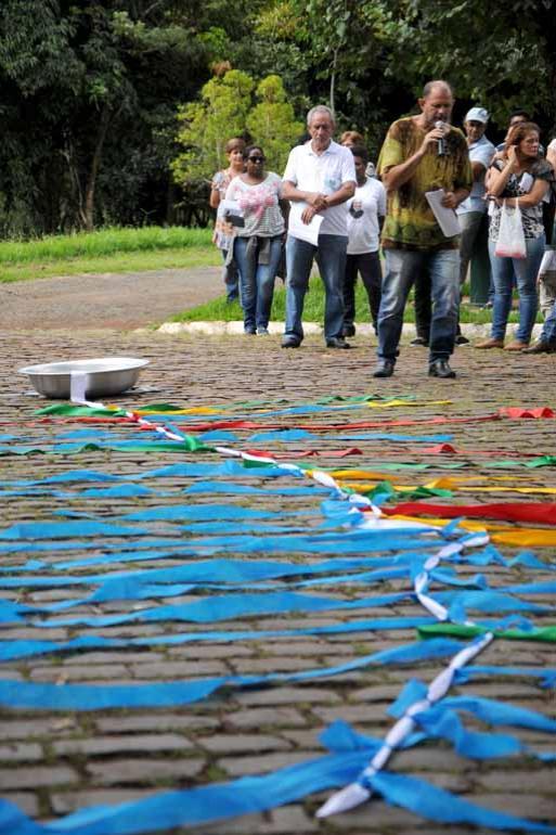 Fotos:Gustavo Carneiro - Fiéis de várias paróquias amarraram fitas simbolizando a importância dos rios, da preservação dos cursos hídricos e dos biomas brasileiros em defesa da vida