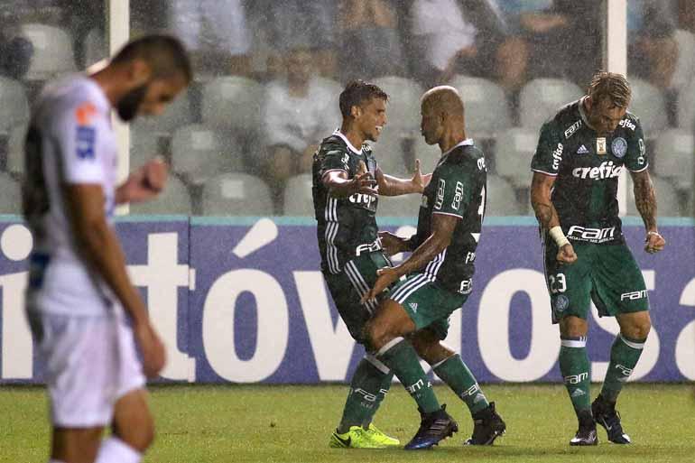 Lucas Baptista/Futura Pressa/Estadão Con - Jean comemora com Felipe Melo a virada em dois minutos; foi a terceira derrota do Santos em clássicos neste Paulistão