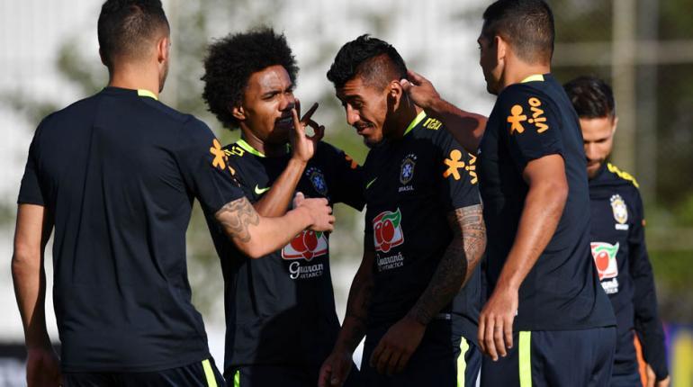 Nelson Almeida/AFP - Renato Augusto, Willian e Diego Souza tiram onda com Paulinho durante treino da seleção brasileira