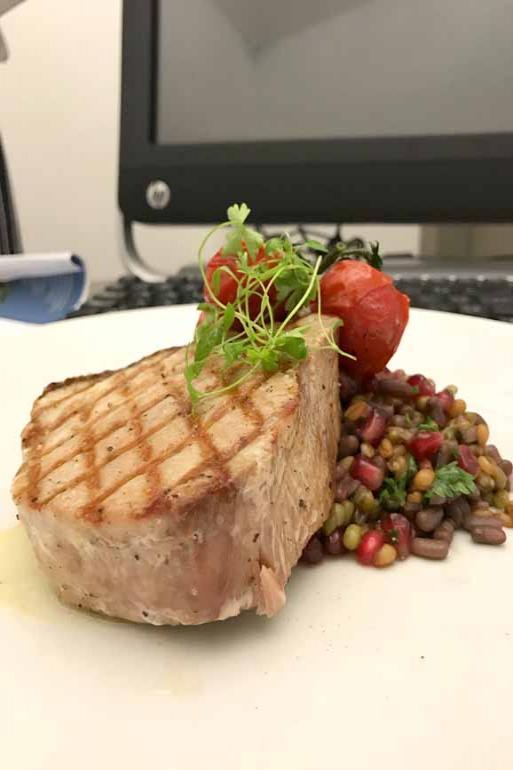 Salada Rubia: incrementada com bacalhau assado, polvo grelhado e sementes de romã apresenta uma explosão de cores e sabores