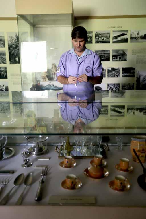 Fábio Alcover - O parapsicólogo Rogelio Raquel usa um dual road para medir vibrações no Museu Histórico de Londrina: