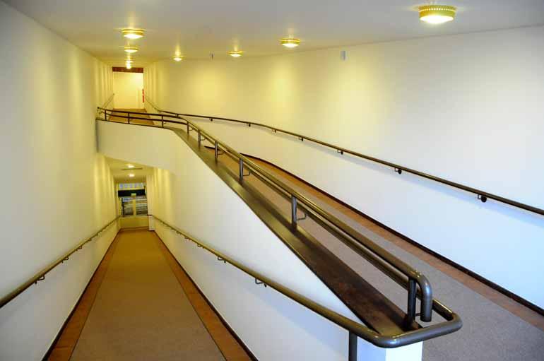 Fotos: Gustavo Carneiro - A rampa que leva ao balcão do teatro mostra o projeto curvilíneo de Vilanova Artigas, um dos marcos da arquitetura moderna