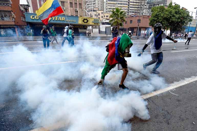 Juan Barreto/AFP - Protestos contra o presidente Maduro foram reprimidos com violência pela polícia