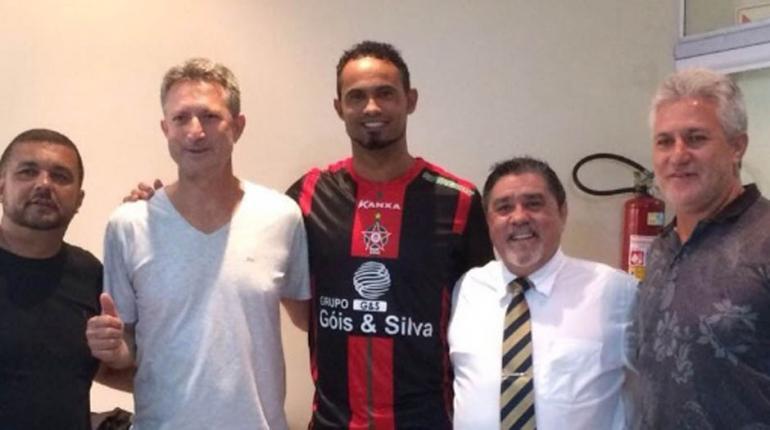 Divulgação - Bruno no momento da assinatura do contrato com o Boa
