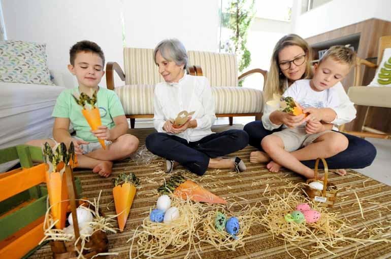 Gina Mardones - Otávio, de 8 anos, e João Vitor, de 4, preparam ninhos com a ajuda da mãe Cristiane Fontan Martin e da avó Vera Arca Giraldi: tradição que não se apaga