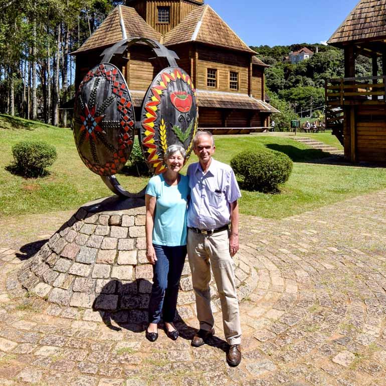 Divulgação - O casal paranaense Iára e Jorge Serathiuk criou a própria técnica para produzir pêssankas profissionalmente desde 1979: