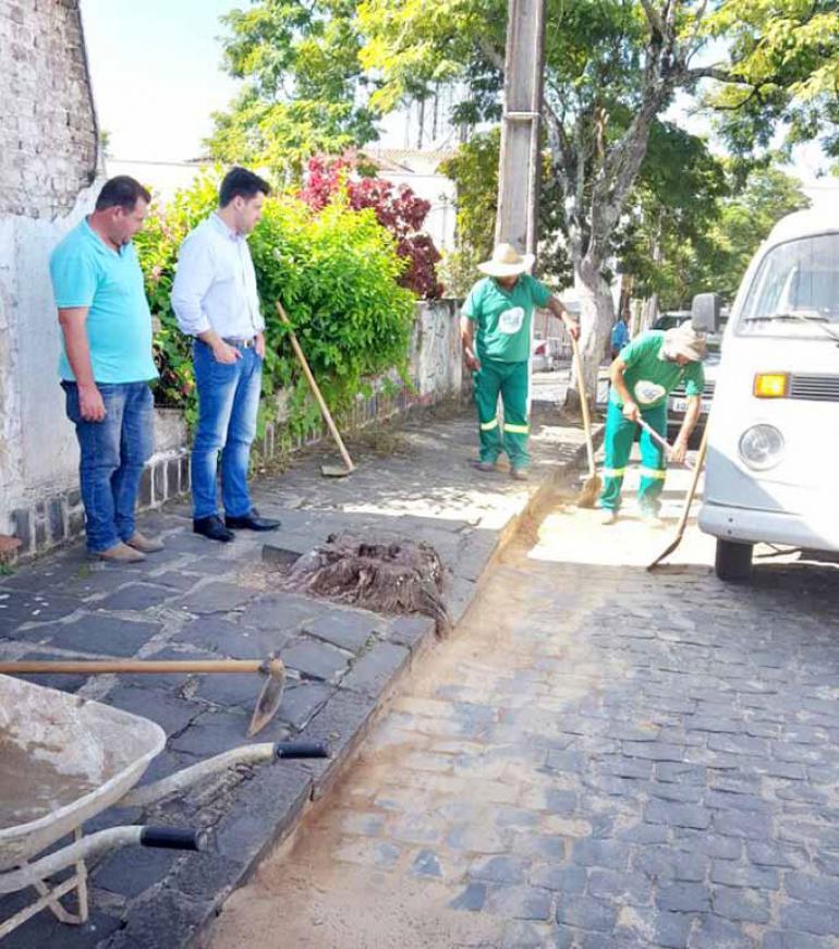 Flávio Franco/Prefeitura de Tomazina - Funcionários da prefeitura têm limpado as vias e calçadas, coletando entulho doméstico em caçambas e realizando pequenos reparos nas ruas, terrenos e praças