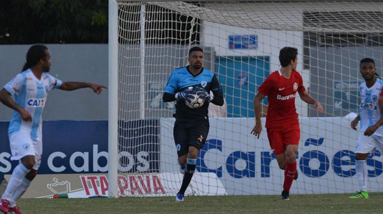 Gustavo Oliveira/ Londrina Esporte Clube - Goleiro Zé Carlos teria sido criticado pelo zagueiro Luizão: acabou em confusão!
