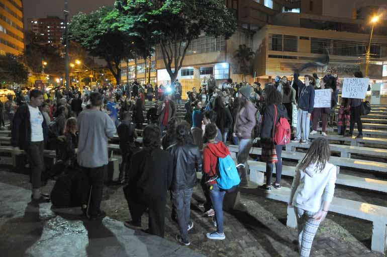Gustavo Carneiro - Em Londrina, cerca de 50 manifestantes se concentraram na Concha Acústica para pedir a renúncia de Temer