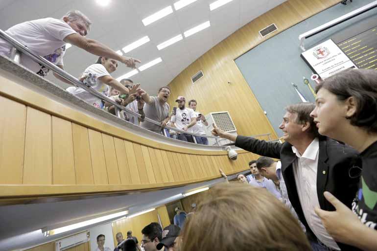 Fábio Alcover - Jair Bolsonaro (PSC-RJ) cumprimenta simpatizantes na Câmara: parlamentar evitou revelar a sua posição em relação ao presidente Michel Temer