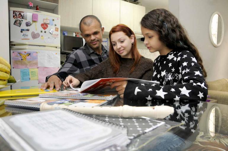 Saulo Ohara - Os pedagogos Murilo e Julise Freire com a filha Rebeca, 10: método que funciona. Veja vídeo utilizando a tecnologia da Realidade Aumentada