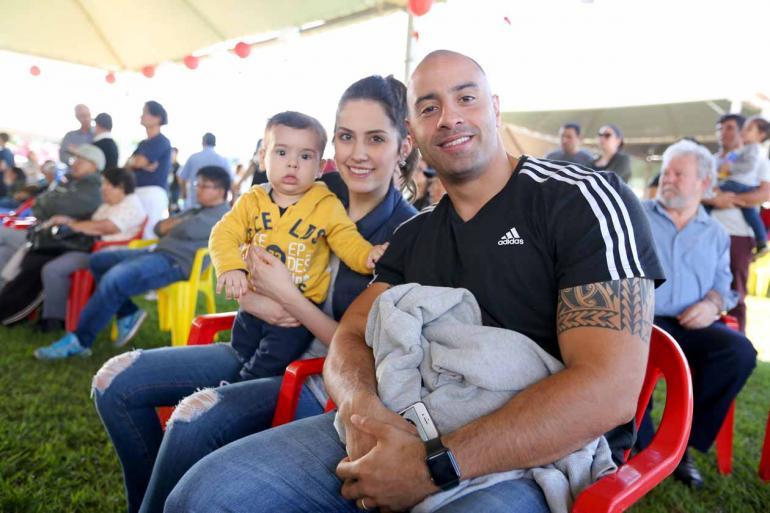 Rodrigo Gimenez e a esposa Daniela sempre comparecem à feira da cultura japonesa e este ano levaram o filho Miguel:
