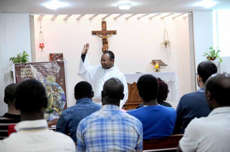 Fotos: Gustavo Carneiro - O padre haitiano Wilnie Jean acompanha o dia a dia dos seus compatriotas e vê as dificuldades enfrentadas por eles desde a chegada ao Brasil