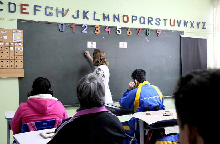 Objetivo da escola é dar acesso aos conteúdos do currículo comum a todos os alunos