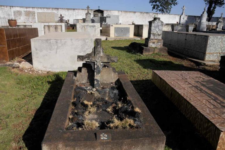 Gina Mardones - Muitos túmulos nunca passaram por manutenção e há cruzes e jazigos cobertos pela vegetação