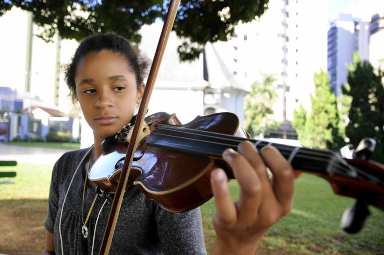 Vitória dos Anjos Silva começou a tocar violino há poucos meses