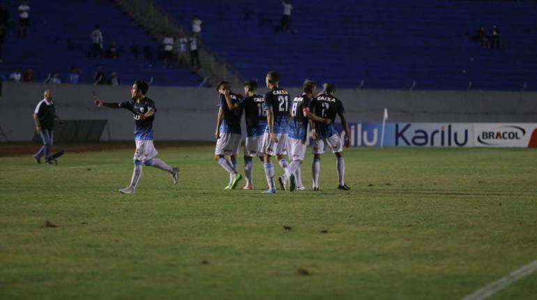 Fotos: Roberto Custódio - Torcida do LEC comemorou o empate no apagar das luzes