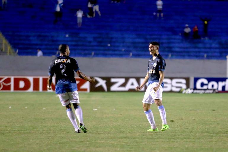 Roberto Custódio - O lateral-esquerdo Ayrton fez o gol de empate com o pé direito e evitou nova derrota no Café