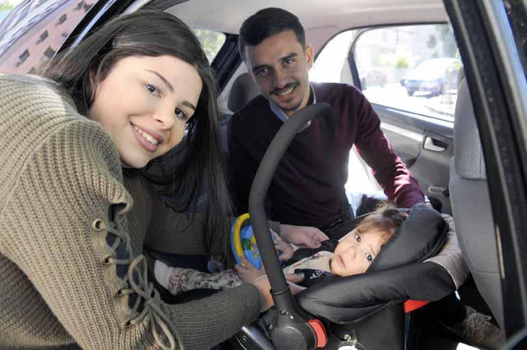 Gina Mardones - Lígia e Tonan mantêm cadeirinhas para a pequena Laura nos dois carros da família
