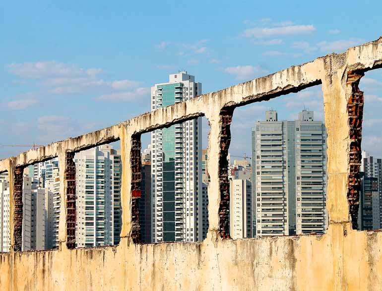 1º lugar: foto de Georges Garcia traz edificação em demolição com prédios recém-construídos ao fundo, imagem documental com plasticidade estética