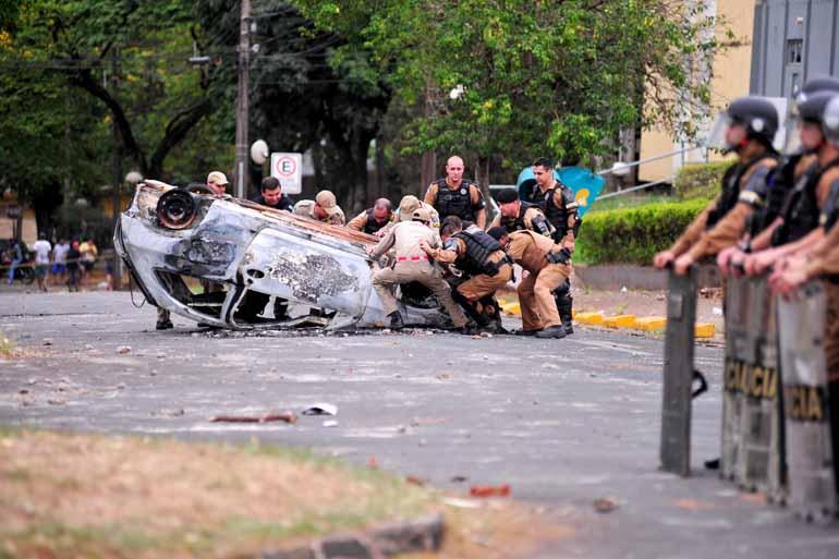 Cenário em frente ao prédio da 7a Subdivisão Policial era de destruição após a madrugada de caos