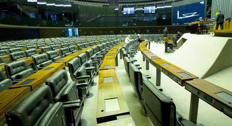 Lula Marques/AGPT - Na véspera do feriado, poucos parlamentares marcaram presença no plenário da Câmara ontem: governistas calculam votos para salvar Temer e ministros