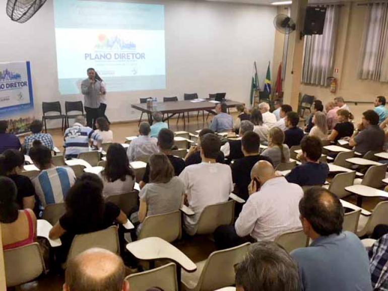 Guilherme Marconi - O presidente do Ippul, Nado Ribeirete, durante a abertura da audiência pública:
