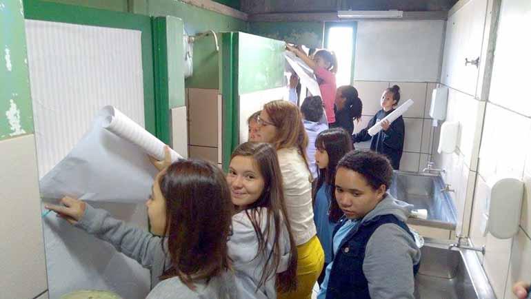 Fotos: Valdirene Aparecida da Silva/ Divulgação - Alunos da professora Valdirene Aparecida da Silva, de Cambé, limparam frases ofensivas das paredes, banheiros e carteiras, tudo foi substituído por poemas e desenhos