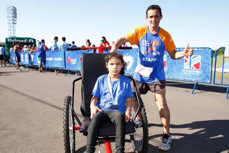 Fotos: Roberto Custódio - Luiz Carvalho era atleta profissional até 2010; em 2015, voltou a correr com a filha Débora, que tem paralisia cerebral, e faz campanha pela inclusão de pessoas com deficiência