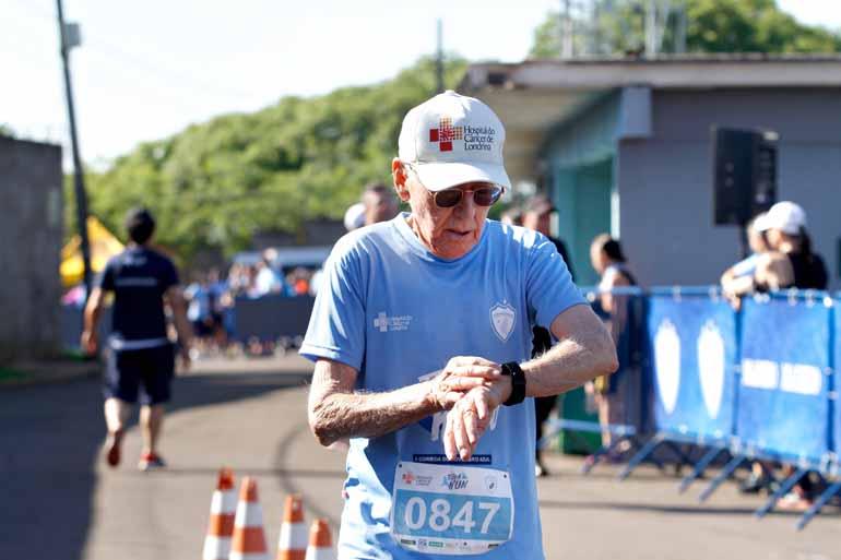 Aos 84 anos, o presidente do Hospital do Câncer de Londrina, Francisco Ontivero, é um participante frequente de corridas