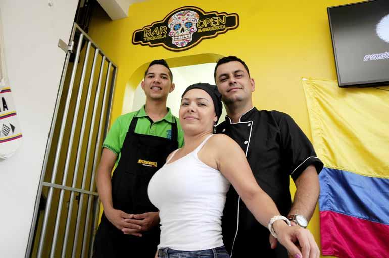 Marcos Zanutto - O garçom Alvaro, com os empregadores Claudia e Juan: todos da Colômbia