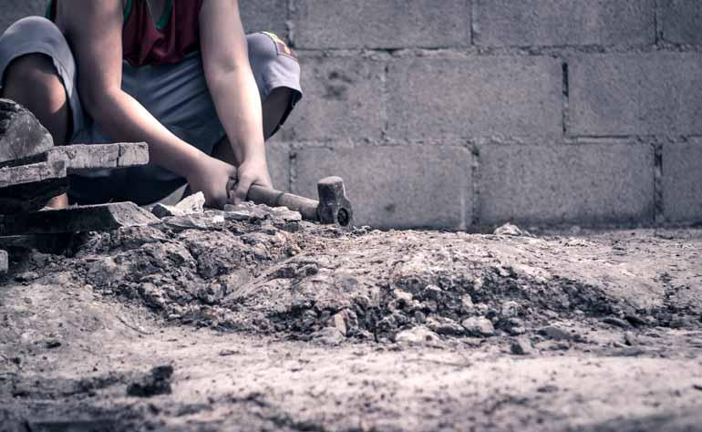 Shutterstock - Parte das crianças executa trabalhos domésticos ou agrícolas, com supervisão dos pais, mas muitos são explorados em atividades perigosas ou ilegais