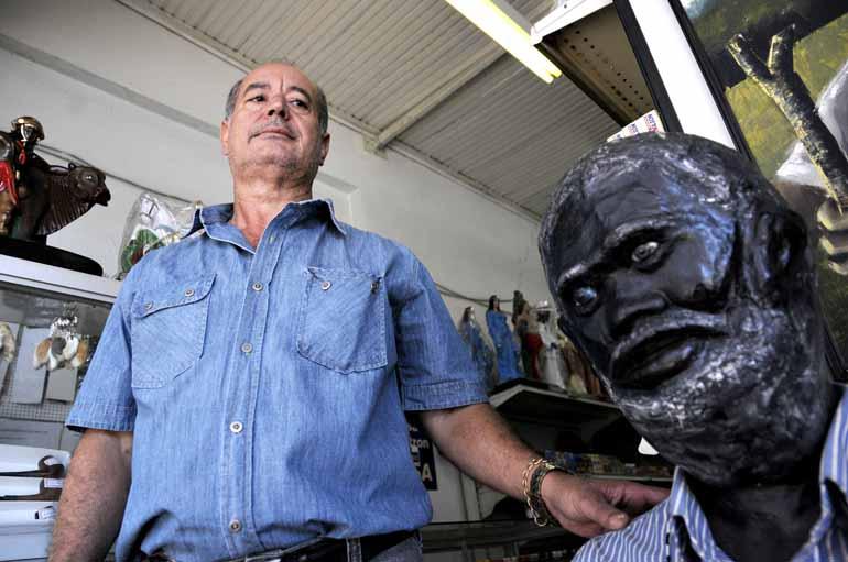 Saulo Ohara - Proprietário de uma loja de artigos religiosos na rua Sergipe, João Batista teve uma das imagens destruídas em 2013