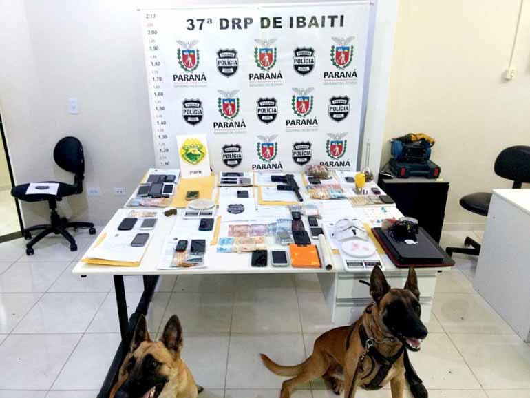 Polícia Civil/Divulgação - Nas ações de busca e apreensão foram encontradas porções fracionadas de maconha e cocaína e um simulacro de arma de fogo