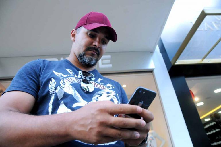 Anderson Coelho - Emerson Isaac usa redes sociais pelo celular para conversar com clientes