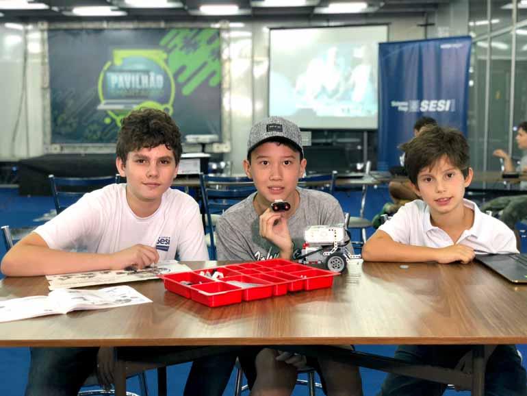 O monitor, Luan Vitor Pacheco, mais Eric Keizo e Lorenzo Barbero Turquino  fotografados pela FOLHA durante as oficinas de robótica que movimentaram o  ... cff6dbc731