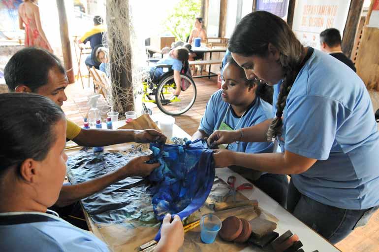 Anderson Coelho - Alunos da Escola Flávia Cristina participam do processo de pintura da seda: textura e cores